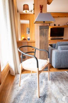 Aménagement et décoration d'une agence de construction de maisons à Compiègne, par l'agence Coralie Vasseur. Coralie Vasseur est votre architecte d'intérieur et décoratrice UFDI à Annecy, Genève et en Haute Savoie : chaise design petite friture, dans chalet montagnard