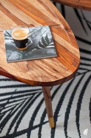 Aménagement et décoration des bureaux d'une startup à Senlis, par l'agence Coralie Vasseur. Coralie Vasseur est votre architecte d'intérieur et décoratrice UFDI à Annecy, Genève et en Haute Savoie : zoom sur la table basse en bois massif et le tapis graphique jungle