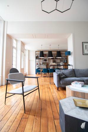 Aménagement et décoration d'une maison de maître à Annecy, par l'agence Coralie Vasseur. Coralie Vasseur est votre architecte d'intérieur et décoratrice UFDI à Annecy, Genève et en Haute Savoie : zoom sur la finesse du fauteuil et de la suspension