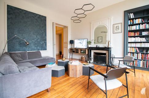 Aménagement et décoration d'une maison de maître à Annecy, par l'agence Coralie Vasseur. Coralie Vasseur est votre architecte d'intérieur et décoratrice UFDI à Annecy, Genève et en Haute Savoie : vue d'ensemble sur le salon