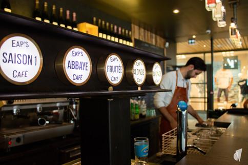 Aménagement et décoration d'un bar restaurant industriel jungle à Compiègne, par l'agence Coralie Vasseur. Coralie Vasseur est votre architecte d'intérieur et décoratrice UFDI à Annecy, Genève et en Haute Savoie : tireuse à bière en poutre IPN