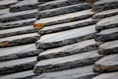 Matière ardoise sur un toit de chalet de montagne