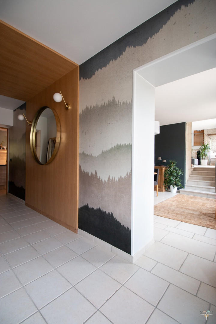 Agencement et décoration d'une entrée par Carnets Libellule. Coralie Vasseur est votre Décoratrice d'intérieur UFDI à Compiegne : création d'une arche en bois et papier peint panoramique au paysage de montagne