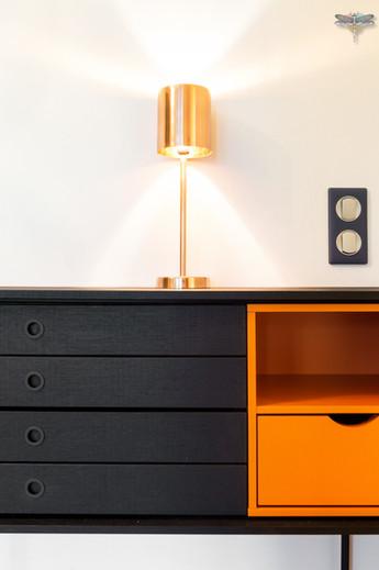 Décoration d'un double salon moderne dans un appartement Haussmannien à Paris 17 par Carnets Libellule. Coralie Vasseur est votre Décoratrice d'intérieur UFDI à Compiegne : console modulable