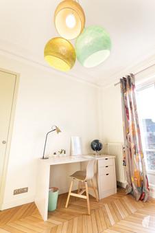 Aménagement et décoration d'une chambre d'enfant garçon à Paris, par le Studio Coralie Vasseur. Coralie Vasseur est votre architecte d'intérieur et décoratrice UFDI à Annecy, Genève et en Haute Savoie : espace bureau avec suspension case du cousin paul