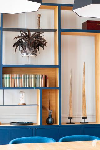 Aménagement et décoration d'une maison de maître à Annecy, par l'agence Coralie Vasseur. Coralie Vasseur est votre architecte d'intérieur et décoratrice UFDI à Annecy, Genève et en Haute Savoie : zoom sur la bibliothèque sur-mesure en chêne et métal