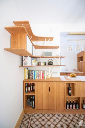 Création d'une cuisine au design sur-mesure à Annecy, par le Studio Coralie Vasseur. Coralie Vasseur est votre architecte d'intérieur et décoratrice UFDI à Annecy, Megève et en Haute Savoie : caissons à faible profondeur avec étagères murales avec ombres portées