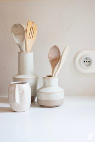 Création d'une cuisine au design sur-mesure à Annecy, par le Studio Coralie Vasseur. Coralie Vasseur est votre architecte d'intérieur et décoratrice UFDI à Annecy, Megève et en Haute Savoie : décoration en céramique et prises en porcelaine dans la cuisine