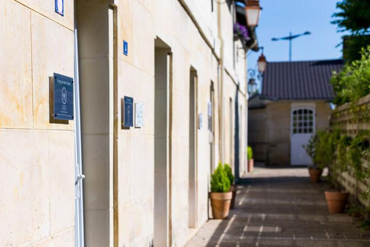 Aménagement et décoration des bureaux du cabinet de ressources humaines BMC à Chantilly, par Carnets Libellule. Coralie Vasseur est votre architecte d'intérieur UFDI à Compiegne : extérieur du cabinet dans les anciennes écuries