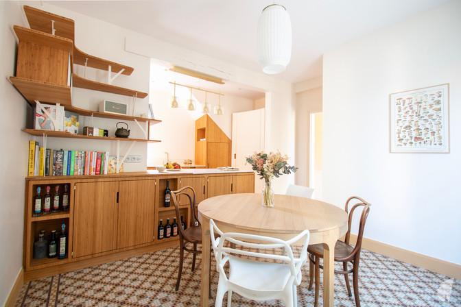 Création d'une cuisine au design sur-mesure à Annecy, par le Studio Coralie Vasseur. Coralie Vasseur est votre architecte d'intérieur et décoratrice UFDI à Annecy, Megève et en Haute Savoie : vue d'ensemble sur la cuisine et salle à manger à l'ambiance Japandi