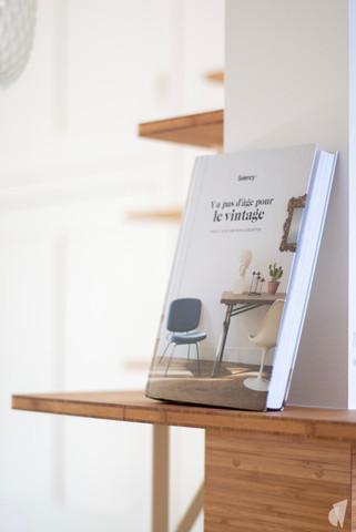 Création d'une cuisine au design sur-mesure à Annecy, par le Studio Coralie Vasseur. Coralie Vasseur est votre architecte d'intérieur et décoratrice UFDI à Annecy, Megève et en Haute Savoie : détail de la bibliothèque suspendue dans la cuisine