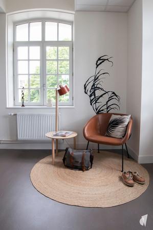 Aménagement et décoration des bureaux d'une startup à Senlis, par l'agence Coralie Vasseur. Coralie Vasseur est votre architecte d'intérieur et décoratrice UFDI à Annecy, Genève et en Haute Savoie : espace flex office avec fauteuil en cuir et tapis en jute