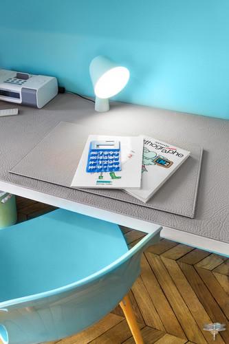 Décoration d'une chambre d'enfant pour une fille adolescente à Paris par Carnets Libellule. Coralie Vasseur est votre Décoratrice d'intérieur UFDI à Compiegne et Paris : bureau en cuir et lampe bleue turquoise