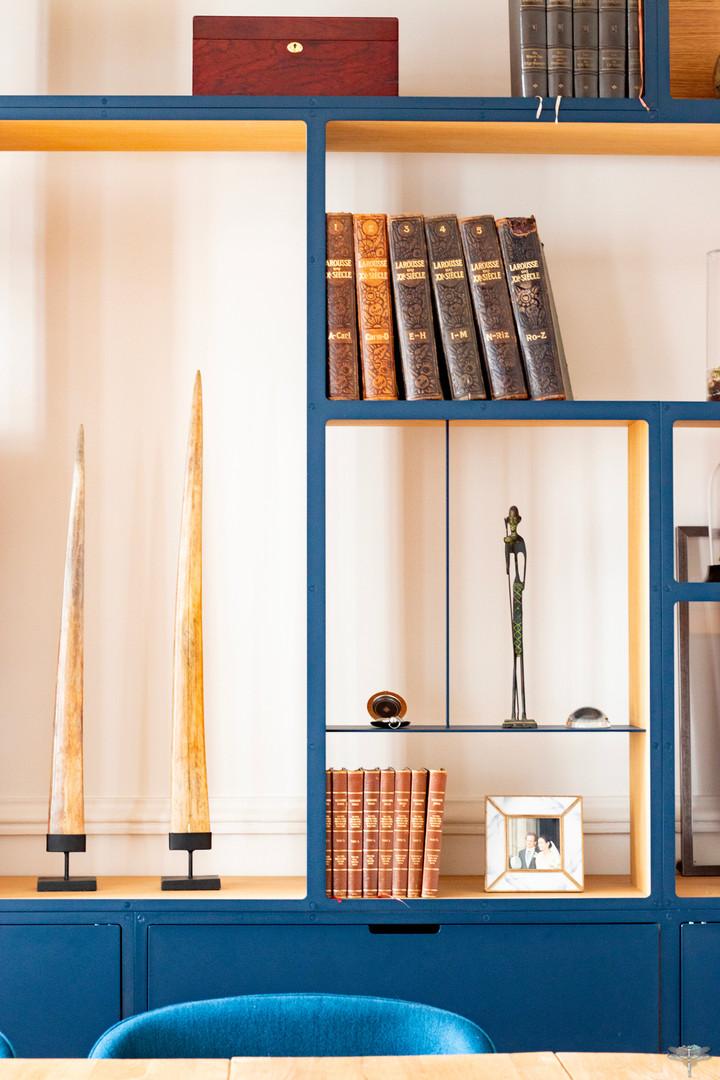 Aménagement et décoration d'une maison de maître à Annecy, par Carnets Libellule. Coralie Vasseur est votre architecte d'intérieur UFDI à Compiègne, Annecy et sur toute la France : détails de la bibliothèque en acier plaqué sur tranches