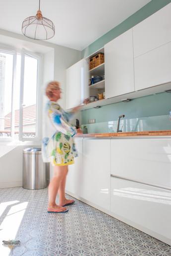Agencement et décoration d'une cuisine moderne à Senlis dans l'Oise par Carnets Libellule. Coralie Vasseur est votre Décoratrice d'intérieur UFDI à Compiegne : belle cuisine lumineuse et ses rangements épurés en touche lâche