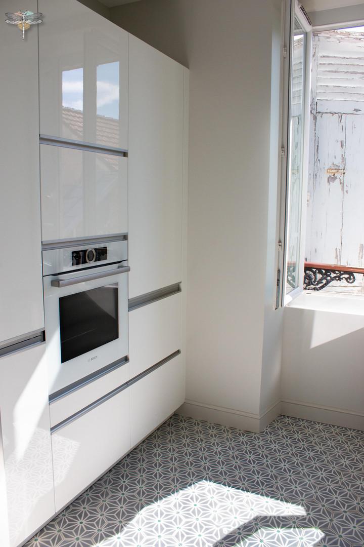 Agencement et décoration d'une cuisine moderne à Senlis dans l'Oise par Carnets Libellule. Coralie Vasseur est votre Décoratrice d'intérieur UFDI à Compiegne : colonnes de rangement et électro-ménager assorti