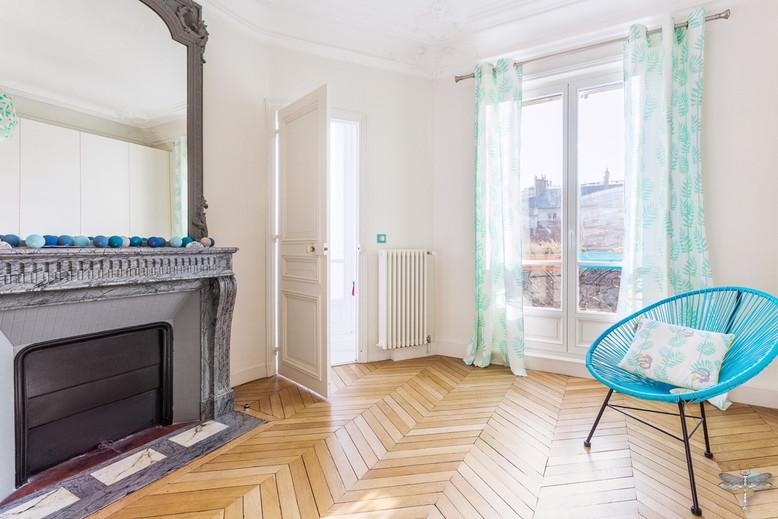 Décoration d'une chambre d'enfant pour une fille adolescente à Paris par Carnets Libellule. Coralie Vasseur est votre Décoratrice d'intérieur UFDI à Compiegne et Paris : cheminée de caractère et parquet ancien pour cette chambre de jeune fille, avec fauteuil acapulco bleu