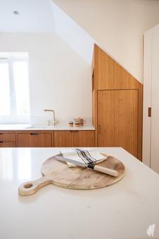 Création d'une cuisine au design sur-mesure à Annecy, par le Studio Coralie Vasseur. Coralie Vasseur est votre architecte d'intérieur et décoratrice UFDI à Annecy, Megève et en Haute Savoie : détail sur la cuisine sur-mesure et son plan de travail en quartz