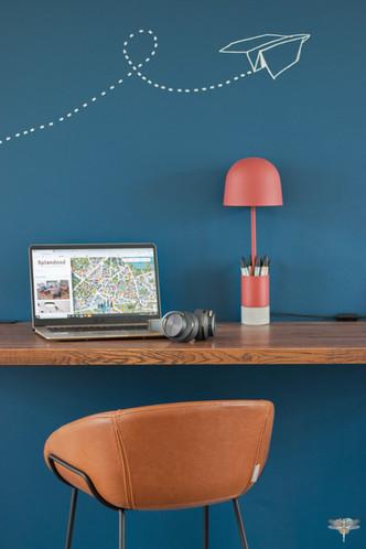 Aménagement et décoration d'un espace de bureaux professionnels à Senlis, pour DecoWorkers, par Carnets Libellule. Coralie Vasseur est votre architecte d'intérieur UFDI à Compiegne : espace de travail assis debout, plan de travail en bois et sticker mural poétique