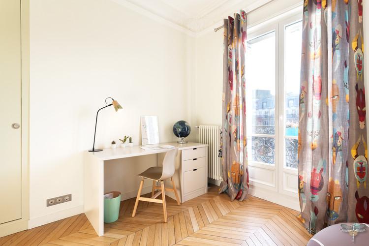 Rénovation et décoration d'une chambre d'enfant pour un petit garçon à Paris par Carnets Libellule. Coralie Vasseur est votre Décoratrice d'intérieur UFDI à Compiegne : bureau garçon et rideaux confectionnés sur-mesure
