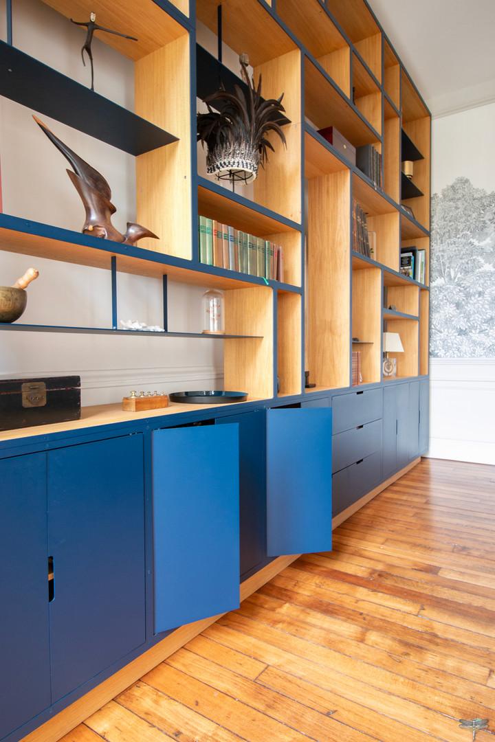 Aménagement et décoration d'une maison de maître à Annecy, par Carnets Libellule. Coralie Vasseur est votre architecte d'intérieur UFDI à Compiègne, Annecy et sur toute la France : zoom sur la bibliothèque, création d'agencement sur-mesure design