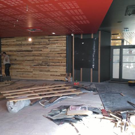 restaurant eap's café Compiegne pendant les travaux de rénovation et décoration, avant ouverture. Coralie Vasseur est votre décoratrice d'intérieur UFDI à Compiegne Paris et Lille. mur de parement bois posé