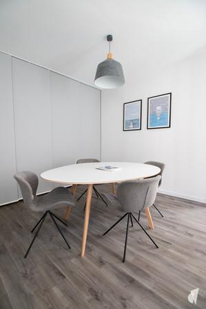 Rénovation et décoration d'une agence de recrutement et coaching à Chantilly, par l'agence Coralie Vasseur. Coralie Vasseur est votre architecte d'intérieur et décoratrice UFDI à Annecy, Genève et en Haute Savoie : espace réunion convivial