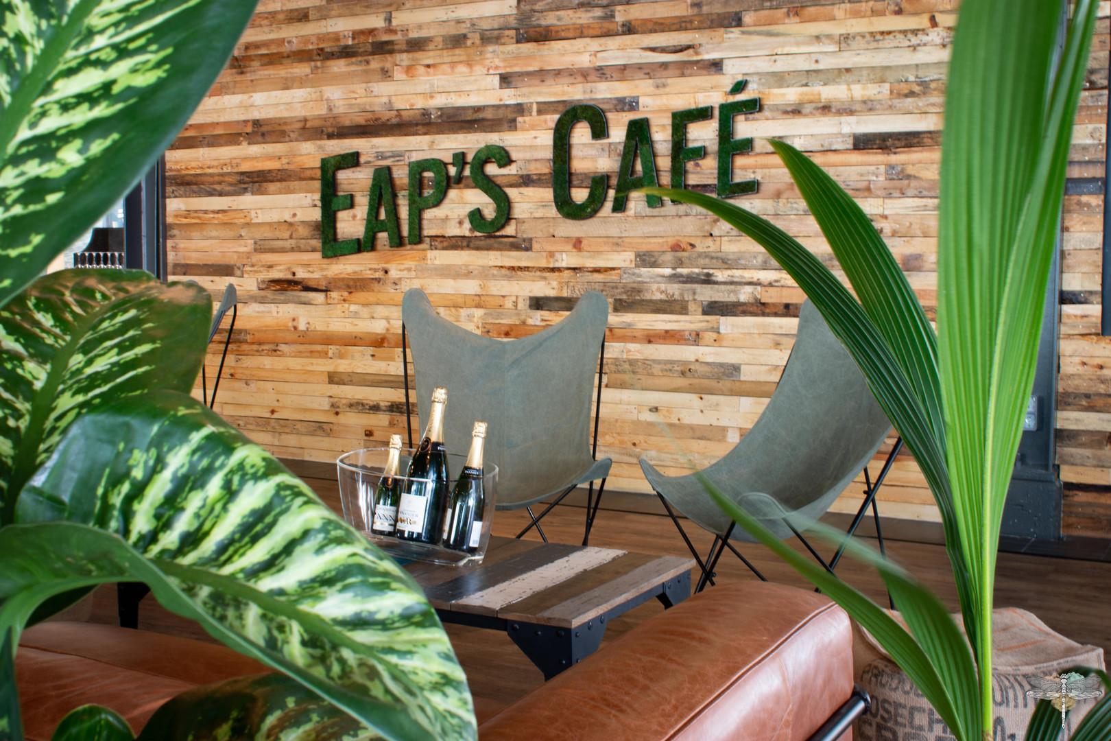 Agencement et décoration du restaurant industriel voyage EAP's CAFE par Carnets Libellule. Coralie Vasseur est votre Décoratrice d'intérieur UFDI à Compiegne : logo végétal et mur en palettes de bois recyclées