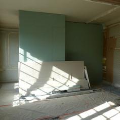 Photo pendant travaux de rénovation et décoration de la cuisine dans l'appartement Haussmannien, décoré par Coralie Vasseur, votre décoratrice d'intérieur UFDI à Paris