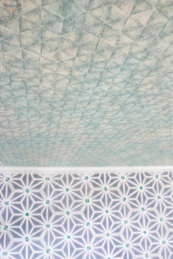 Agencement et décoration d'une cuisine moderne à Senlis dans l'Oise par Carnets Libellule. Coralie Vasseur est votre Décoratrice d'intérieur UFDI à Compiegne : papier peint casamance et carreaux de ciment bahya graphiques