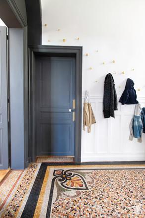 Rénovation et décoration d'une maison bourgeoise à Genève, par le Studio Coralie Vasseur. Coralie Vasseur est votre architecte d'intérieur et décoratrice UFDI à Annecy, Genève et en Haute Savoie : zoom sur une partie de l'entrée et sa mosaïque artisanale d'époque