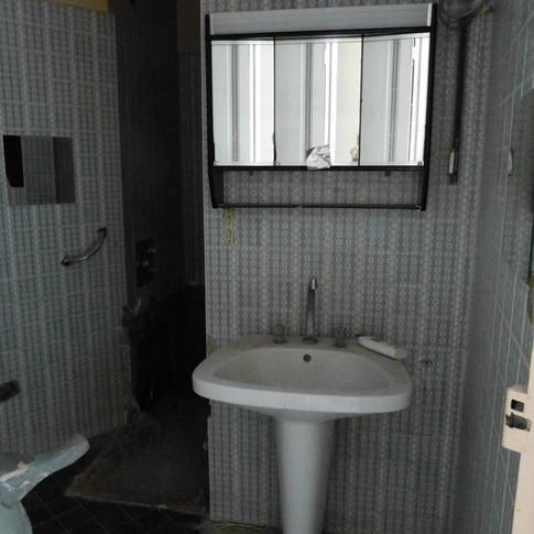 Photo pendant travaux de rénovation et décoration de la salle d'eau dans l'appartement Haussmannien, décoré par Coralie Vasseur, votre décoratrice d'intérieur UFDI à Paris