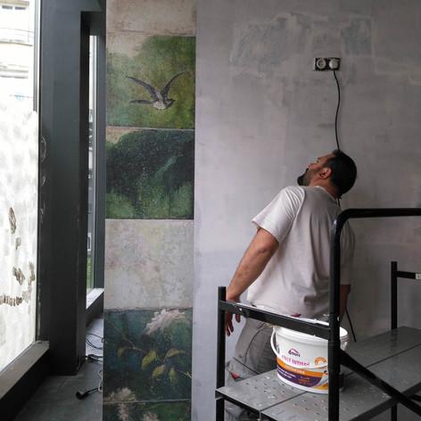 restaurant eap's café Compiegne pendant les travaux de rénovation et décoration, avant ouverture. Coralie Vasseur est votre décoratrice d'intérieur UFDI à Compiegne Paris et Lille. Pose de papier peint jungle sur mesure