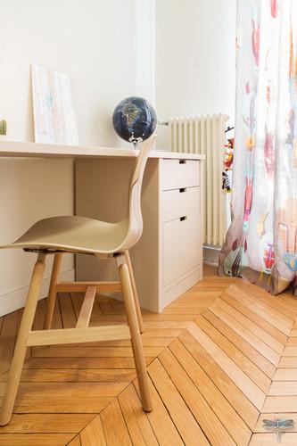 Rénovation et décoration d'une chambre d'enfant pour un petit garçon à Paris par Carnets Libellule. Coralie Vasseur est votre Décoratrice d'intérieur UFDI à Compiegne : chaise de bureau kaki moderne et bureau d'enfant