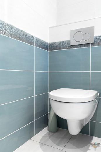 Rénovation et décoration d'une salle de bains parentale lumineuse à Paris par Carnets Libellule. Coralie Vasseur est votre Décoratrice d'intérieur UFDI à Compiegne : toilette suspendu et faïence moderne