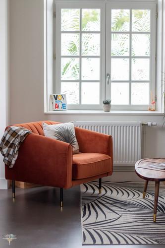 Aménagement et décoration d'un espace de bureaux professionnels à Senlis, pour DecoWorkers, par Carnets Libellule. Coralie Vasseur est votre architecte d'intérieur UFDI à Compiegne : fauteuil en velours orange de l'espace salon, et vitrophanie sur la fenêtre