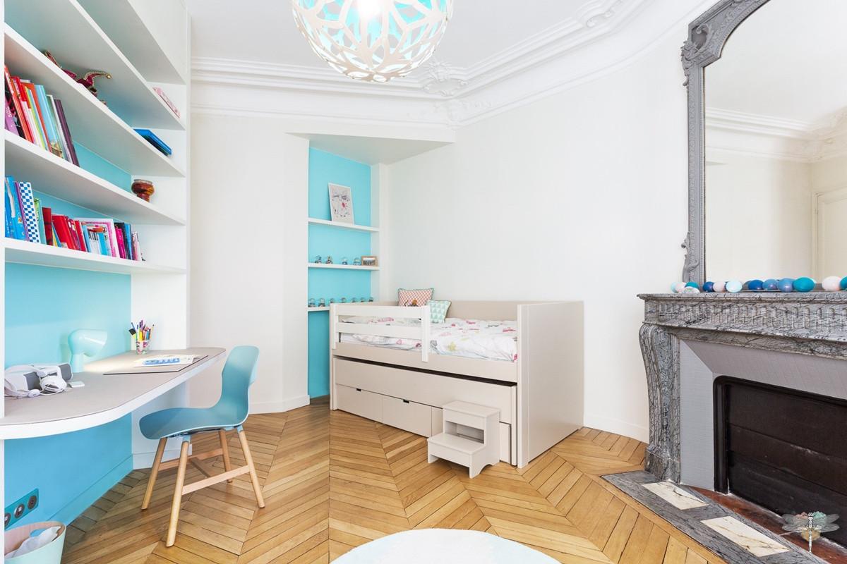 Décoration d'une chambre d'enfant pour une fille adolescente à Paris par Carnets Libellule. Coralie Vasseur est votre Décoratrice d'intérieur UFDI à Compiegne et Paris : vue d'ensemble avec le bureau sur-mesure, le lit et la cheminée de style