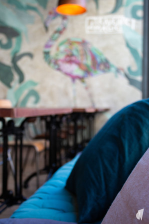 Aménagement et décoration d'un bar restaurant industriel jungle à Compiègne, par l'agence Coralie Vasseur. Coralie Vasseur est votre architecte d'intérieur et décoratrice UFDI à Annecy, Genève et en Haute Savoie : papier peint panoramique flamant rose