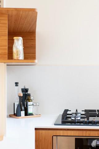 Création d'une cuisine au design sur-mesure à Annecy, par le Studio Coralie Vasseur. Coralie Vasseur est votre architecte d'intérieur et décoratrice UFDI à Annecy, Megève et en Haute Savoie : détails de la cuisine en bambou et quartz