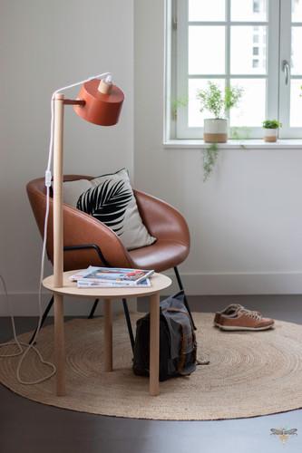 Aménagement et décoration d'un espace de bureaux professionnels à Senlis, pour DecoWorkers, par Carnets Libellule. Coralie Vasseur est votre architecte d'intérieur UFDI à Compiegne : espace accueil avec fauteuil en cuir et petit meuble dizy