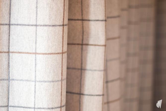 Aménagement et décoration d'une agence de construction de maisons à Compiègne, par l'agence Coralie Vasseur. Coralie Vasseur est votre architecte d'intérieur et décoratrice UFDI à Annecy, Genève et en Haute Savoie : détail sur le tissu en laine des rideaux sur mesure