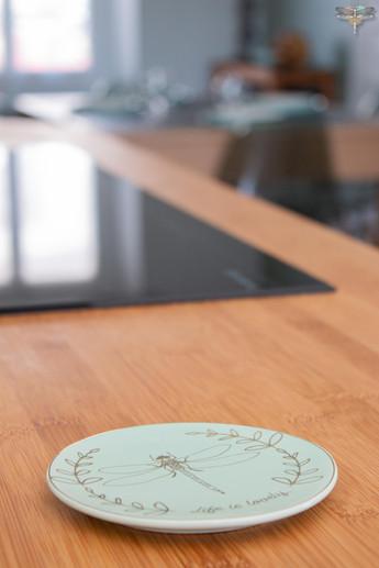 Agencement et décoration d'une cuisine moderne à Senlis dans l'Oise par Carnets Libellule. Coralie Vasseur est votre Décoratrice d'intérieur UFDI à Compiegne : accessoire déco libellule