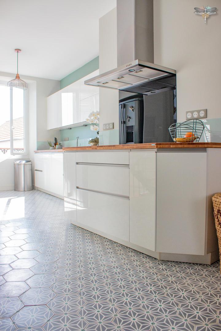 Agencement et décoration d'une cuisine moderne à Senlis dans l'Oise par Carnets Libellule. Coralie Vasseur est votre Décoratrice d'intérieur UFDI à Compiegne : Carreaux de ciment graphiques et modernes pour cuisine lumineuse