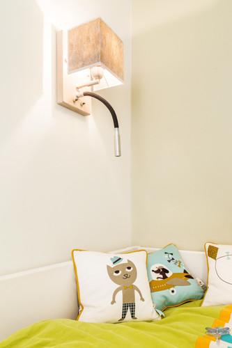 Rénovation et décoration d'une chambre d'enfant pour un petit garçon à Paris par Carnets Libellule. Coralie Vasseur est votre Décoratrice d'intérieur UFDI à Compiegne : applique murale avec liseuse pour tête de lit enfant
