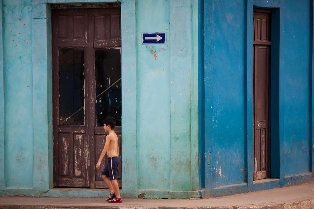 A contre-sens - façade colorée de Cuba