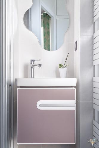 Décoration d'une chambre d'enfant pour une fille adolescente à Paris par Carnets Libellule. Coralie Vasseur est votre Décoratrice d'intérieur UFDI à Compiegne et Paris : meuble vasque féminin dans petite salle d'eau attenante