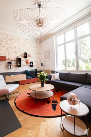 Rénovation et décoration d'une maison bourgeoise à Genève, par le Studio Coralie Vasseur. Coralie Vasseur est votre architecte d'intérieur et décoratrice UFDI à Annecy, Genève et en Haute Savoie : salon cosy avec la grande Vertigo et les moulures. Tapis xxl toulemonde bochart.