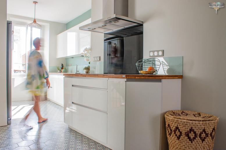 Agencement et décoration d'une cuisine moderne à Senlis dans l'Oise 60 par Carnets Libellule. Coralie Vasseur est votre Décoratrice d'intérieur UFDI à Compiegne : vue d'ensemble de la cuisine finition blanc laqué