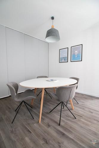 Aménagement et décoration des bureaux du cabinet de ressources humaines BMC à Chantilly, par Carnets Libellule. Coralie Vasseur est votre architecte d'intérieur UFDI à Compiegne : espace recrutement et réunion, décoration murale sur le thème de la mer