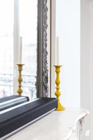 Aménagement et décoration d'une cuisine dans un appartement Haussmannien revisité à l'ambiance design à Paris, par le Studio Coralie Vasseur. Coralie Vasseur est votre architecte d'intérieur et décoratrice UFDI à Annecy, Genève et en Haute Savoie : détail sur le bougeoir et la cheminée en marbre, miroir trumeau peint en gris